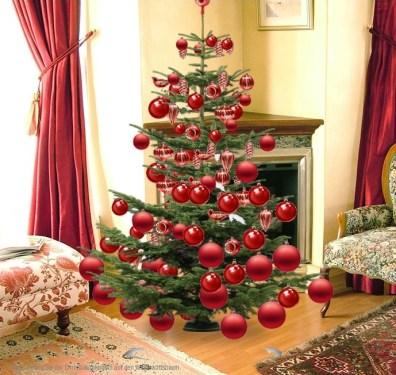Weihnachtsbaum rot geschmuckt